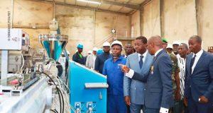 Faure Gnassingbé dans l'usine Africa Plastic Technology (APT)