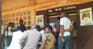 Affluence devant un centre de recensement