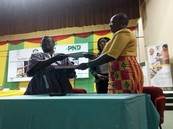 Le représentant des artisans et la présidente de l'INAM (©Elite d'Afrique)