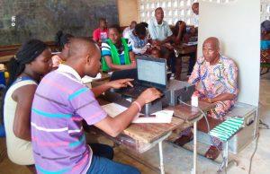 Enregistrement d'un électeur dans un centre de recensement (©ROT)